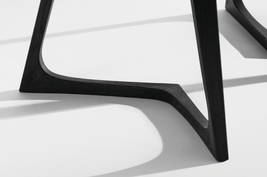 4-twist-stone-beistellzisch-massivholz-eiche-farbbeize-graphitgrau-formstelle-zeitraum-moebel