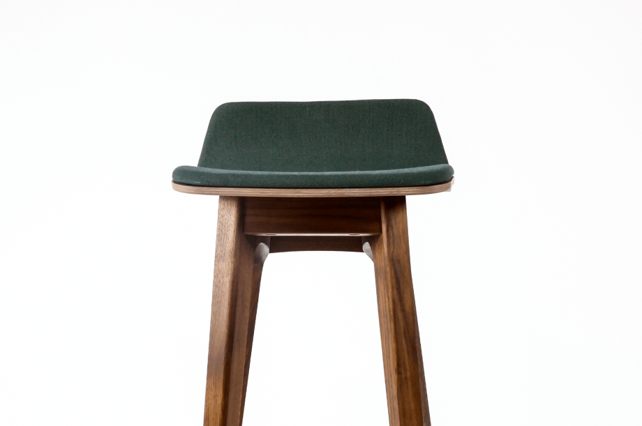 01749-morph-bar-barhocker-massivholz-amerikanischer-nussbaum-gepolstert-detail1-zeitraum-moebel-x
