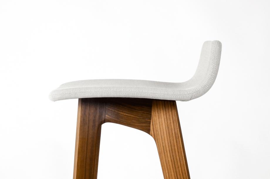 01750-morph-bar-barhocker-massivholz-amerikanischer-nussbaum-gepolstert-detail4-zeitraum-moebel-x