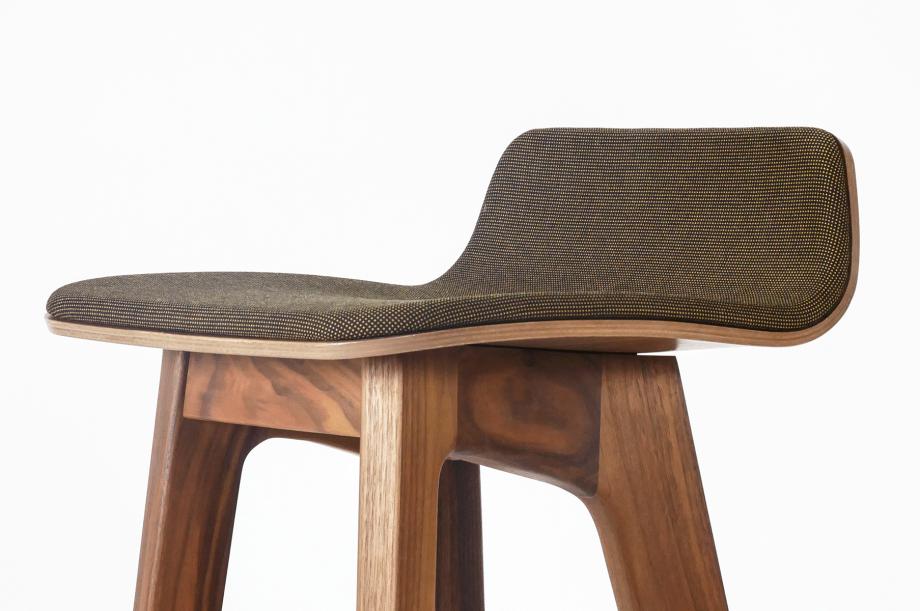 01751-morph-bar-barhocker-massivholz-amerikanischer-nussbaum-gepolstert-detail2-zeitraum-moebel-x
