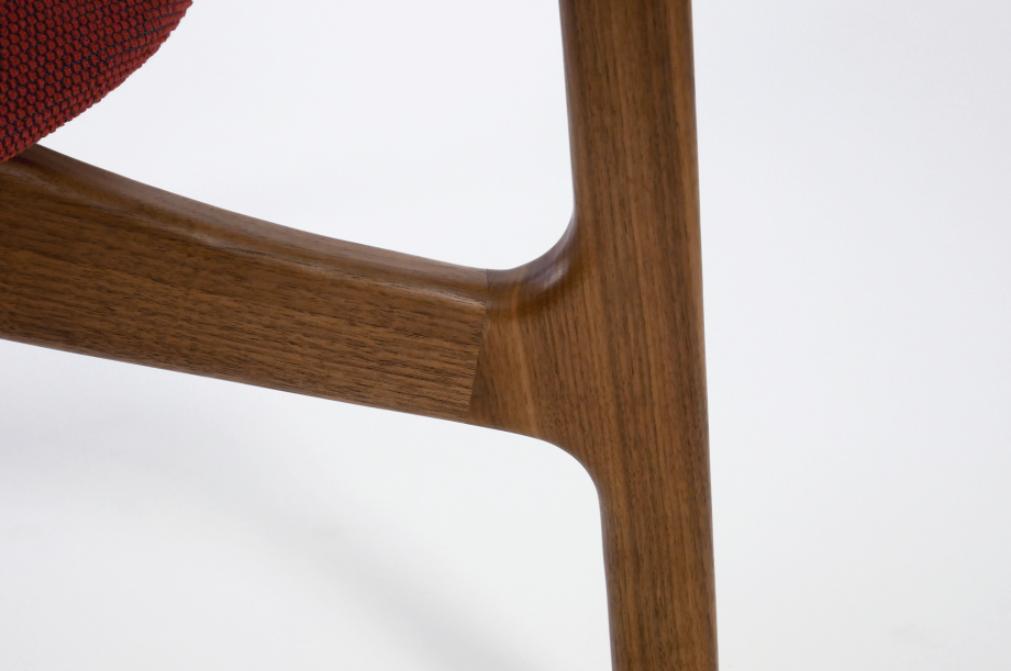 01923-zenso-lounge-lounger-loungestuhl-gestell-massivholz-amerikanischer-nussbaum-gepolstert-detail1-zeitraum-moebel-x