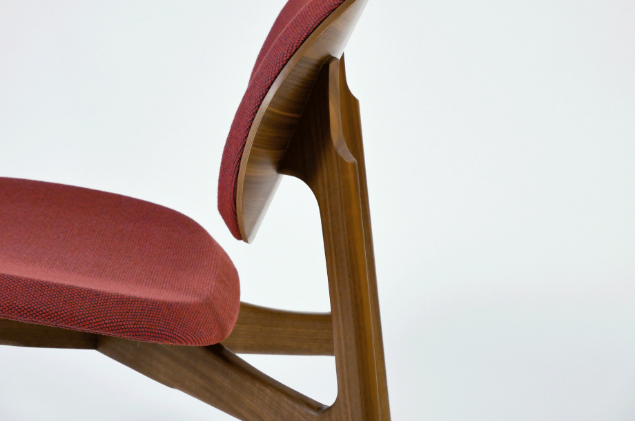 01923-zenso-lounge-lounger-loungestuhl-gestell-massivholz-amerikanischer-nussbaum-gepolstert-detail3-zeitraum-moebel-x