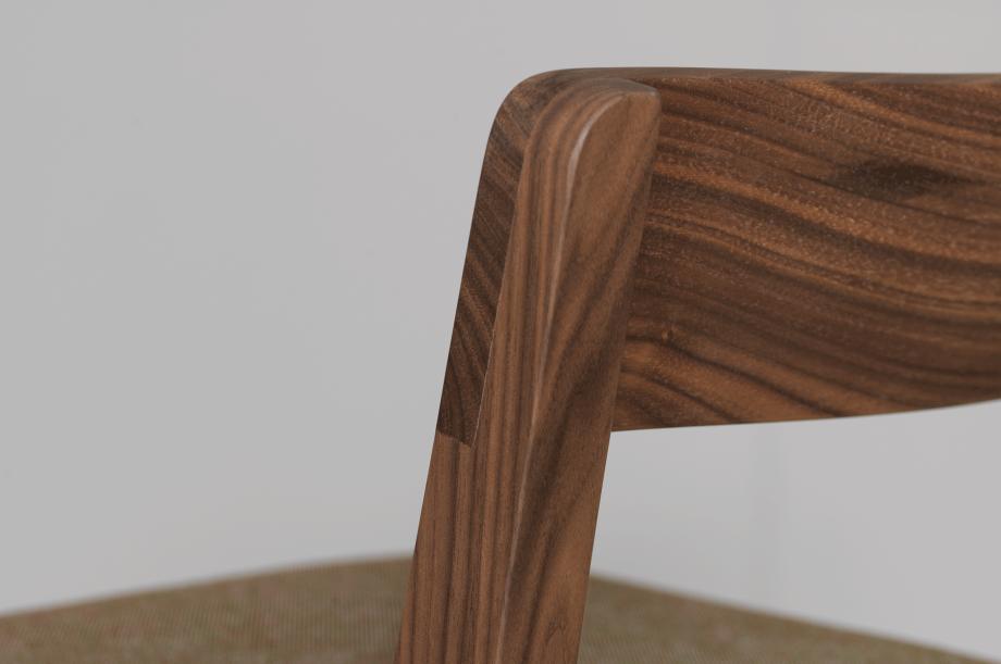 02200-sit-bar-barhocker-gepolstert-massivholz-amerikanischer-nussbaum-detail3-zeitraum-moebel-x