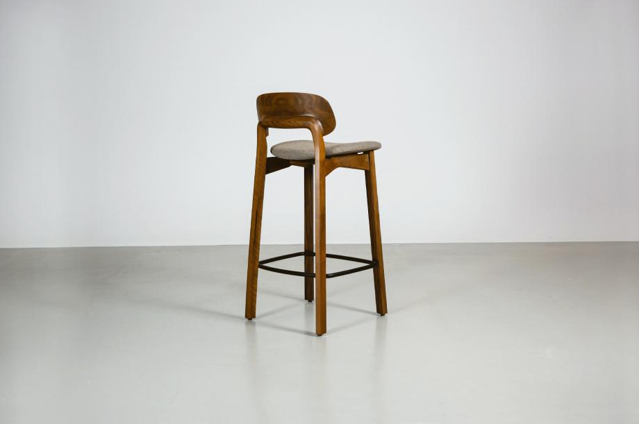 02202-nonoto-bar-barhocker-klein-massivholz-amerikanischer-nussbaum-detail2-zeitraum-moebel-x