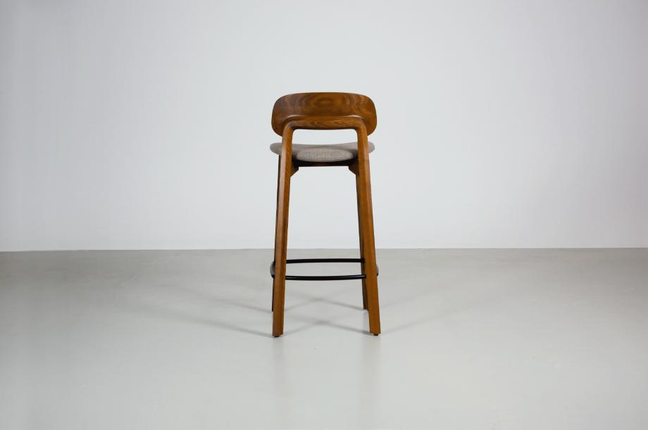 02202-nonoto-bar-barhocker-klein-massivholz-amerikanischer-nussbaum-detail3-zeitraum-moebel-x