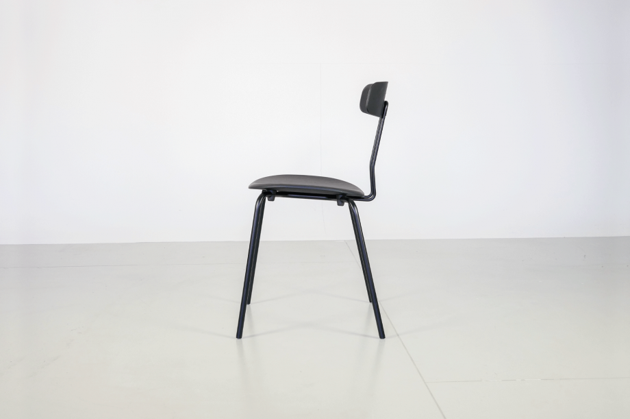 02238-okito-stuhl-metallgestell-schwarz-eiche-detail4-zeitraum-moebel-x