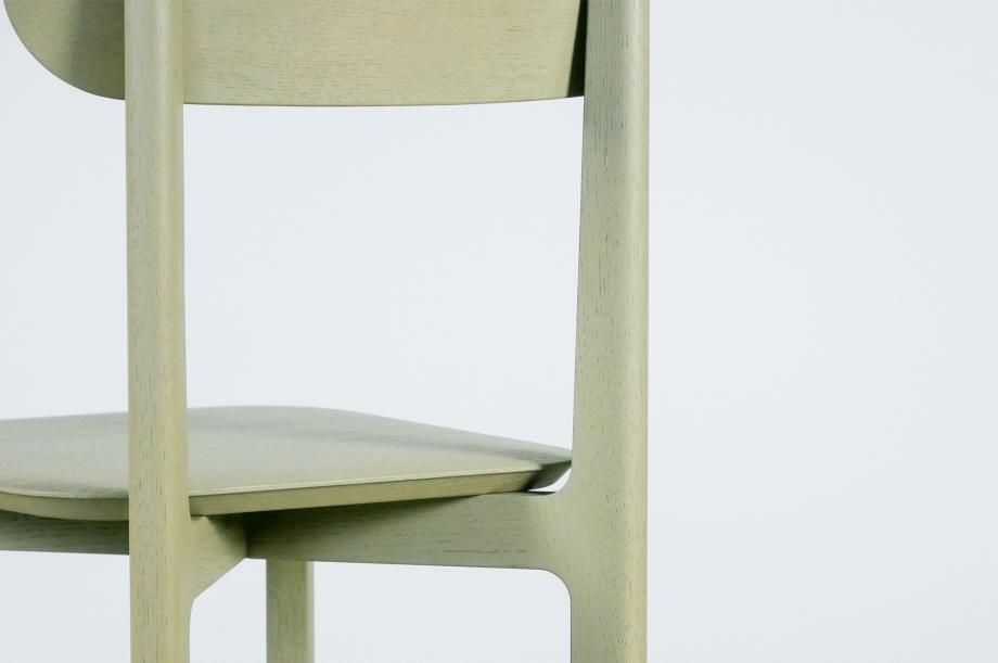 02242-1.3-chair-stuhl-massivholz-eiche-gebeizt-salbei-detail1-zeitraum-moebel-x