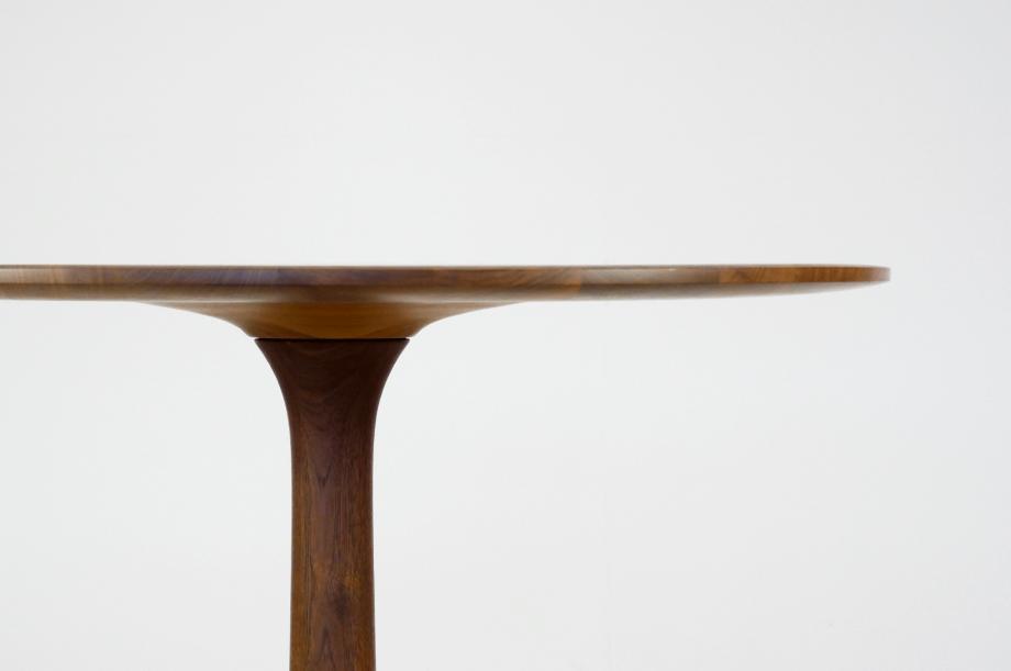 02257-turntable-rund-tisch-klein-massivholz-amerikanischer-nussbaum-detail2-zeitraum-moebel-x