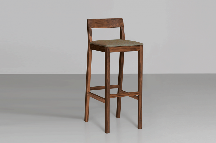 02200-sit-bar-barhocker-gepolstert-massivholz-amerikanischer-nussbaum-detail1-detail4-zeitraum-moebel-x.png1