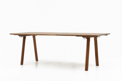 RAIL – Tisch mit Steckdosen