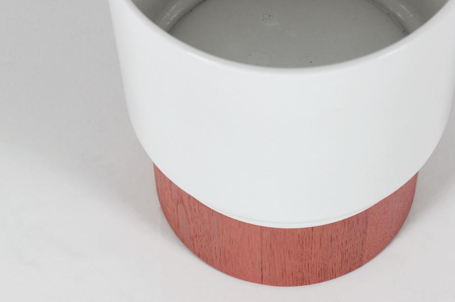 1600-apu1-beistellmöbel-tisch-klein-rund-massivholz-eiche-gebeizt-lachsrosa-keramik-tablett-detail1-zeitraum-moebel-x
