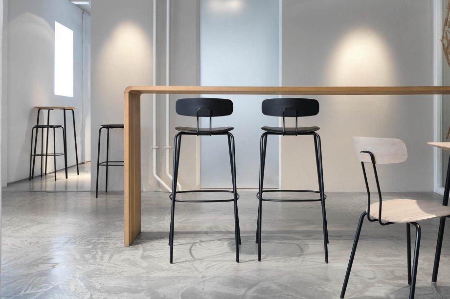 02142-okito-bar-barstuhl-metallgestell-holzsitz-massivholz-eiche-farbbeize-graphitschwarz-h80-special-sale-nachhaltiges-design-zeitraum-moebel (2)