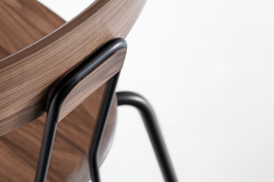 02143-okito-stuhl-stapelbarl-amerikanischer-nussbaum-massivholz-special-sale-nachhaltiges-design-zeitraum-moebel (6)