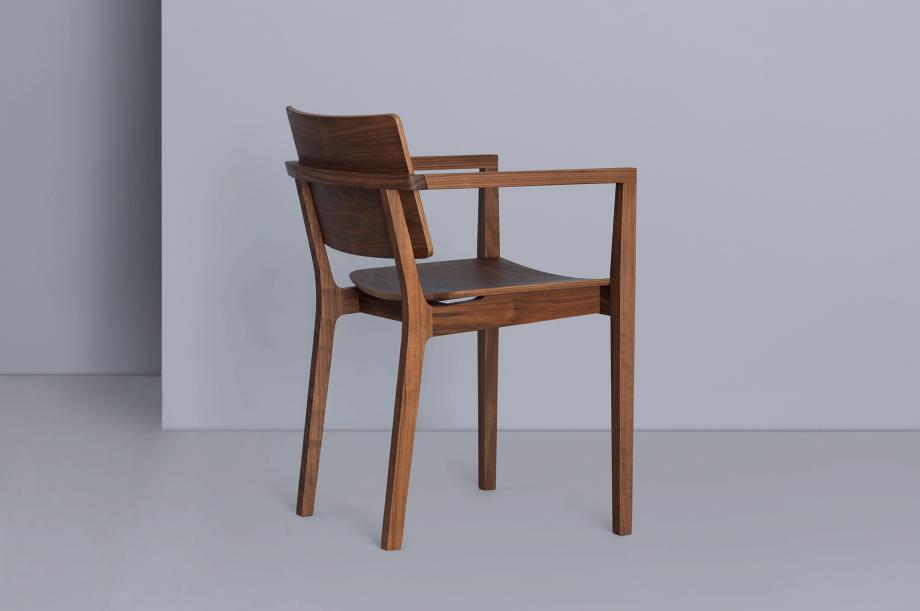 00250-finn-comfort-stuhl-armlehne-amerikanischer-nussbaum-massivholz-zeitraum-moebel-nachhaltiges-design-special-sale (2)