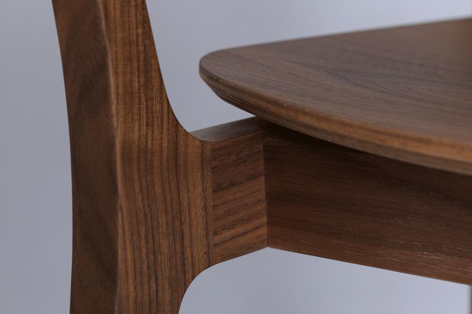 00250-finn-comfort-stuhl-armlehne-amerikanischer-nussbaum-massivholz-zeitraum-moebel-nachhaltiges-design-special-sale (3)
