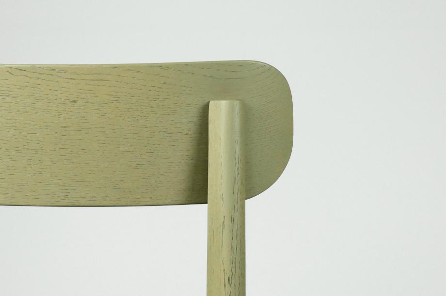 02245-1.3-chair-stuhl-massivholz-eiche-gebeizt-salbei-gepolstert-detail1-zeitraum-moebel-x