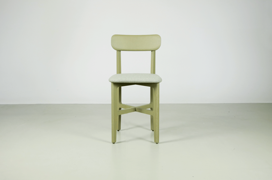 02245-1.3-chair-stuhl-massivholz-eiche-gebeizt-salbei-gepolstert-detail3-zeitraum-moebel-x