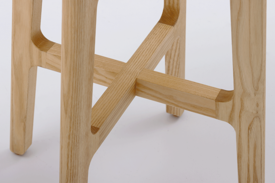 02428-1.3-stool-esche-massivholz-hocker-holzsitz-nachhaltiges-design-special-sale-detail2-zeitraum-moebel2